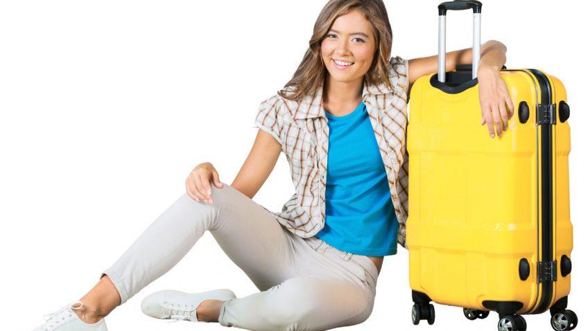 Junge Frau mit Koffer nach Berlin